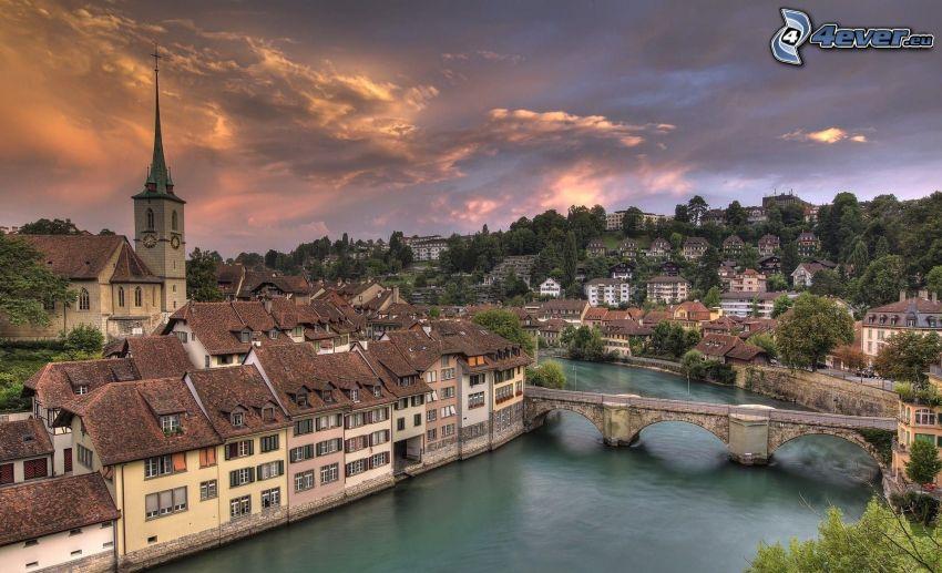 Bern, Švajčiarsko, výhľad na mesto, rieka, most, domy, po západe slnka, oranžové oblaky, HDR