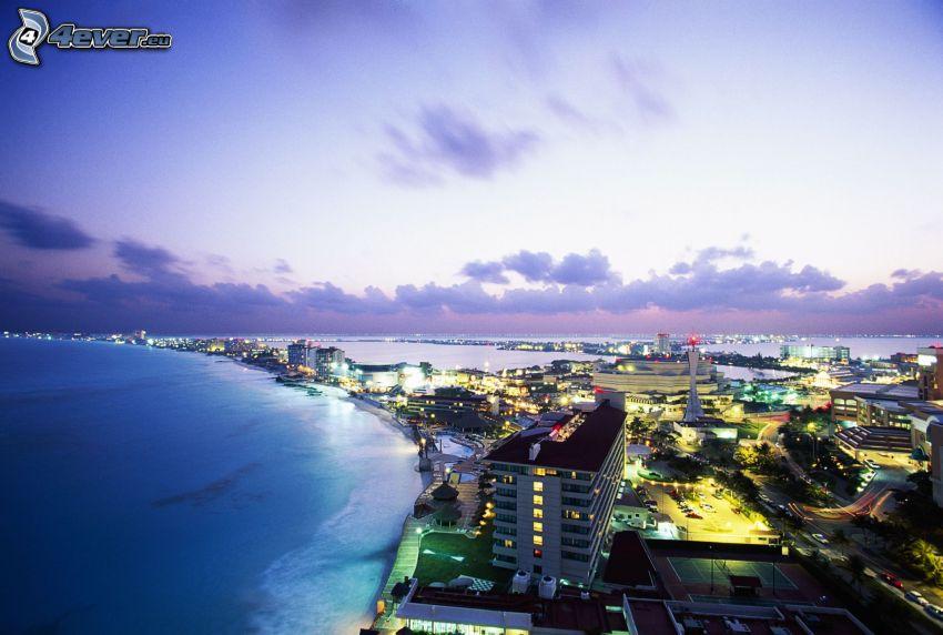 Cancún, prímorské mestečko, more, večer