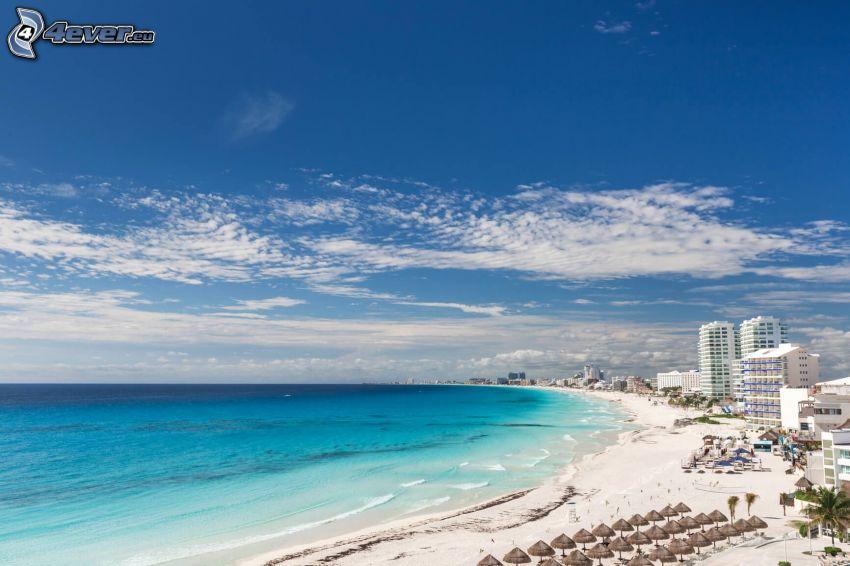 Cancún, prímorské mestečko, piesočná pláž, lehátka, šíre more