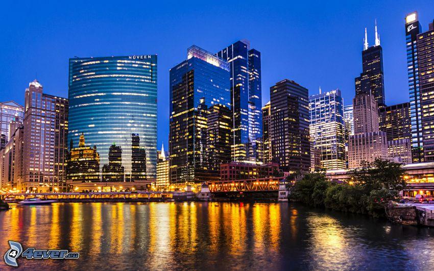 Chicago, večerné mesto, mrakodrapy