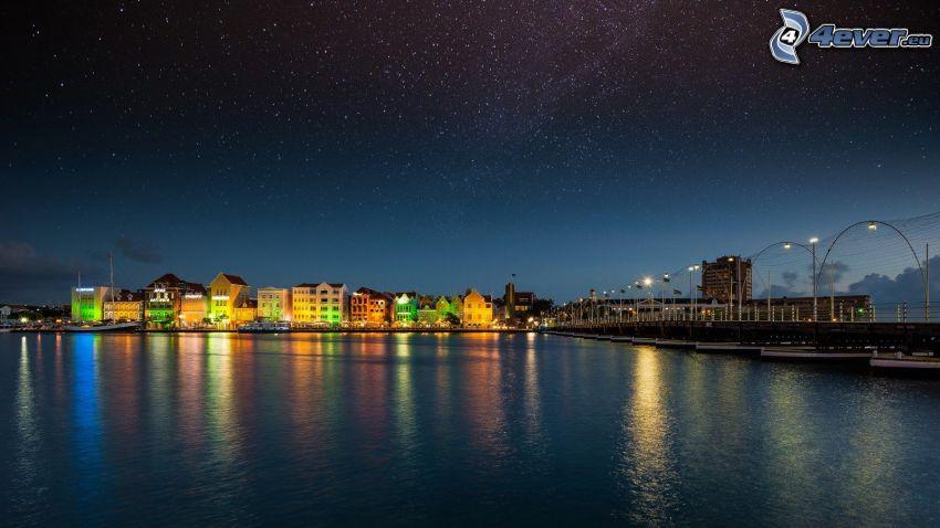 Curaçao, nočné mesto, hviezdna obloha, more