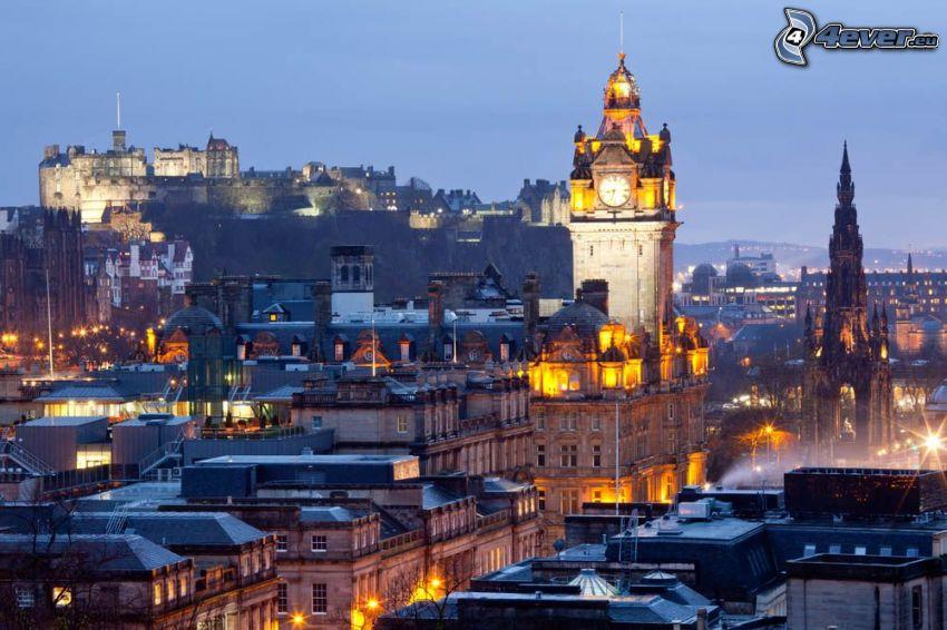 Edinburgh, kostolná veža, Edinburgský hrad, večerné mesto