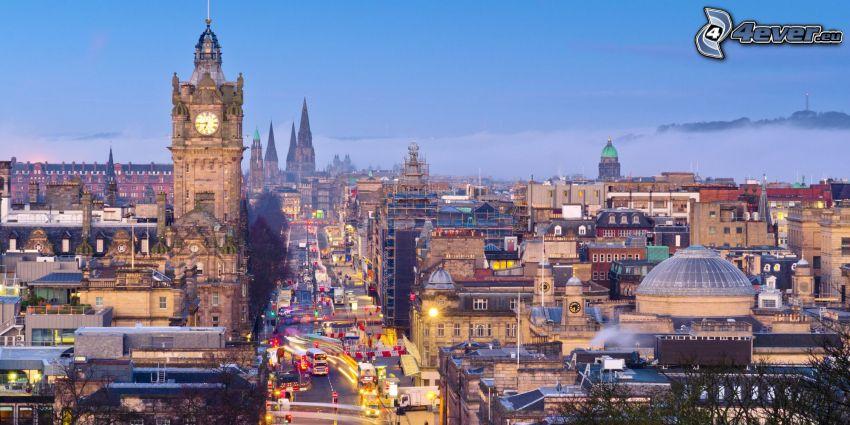 Edinburgh, kostolná veža, ulica, večerné mesto