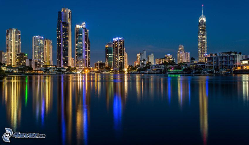 Gold Coast, večerné mesto, more, odraz