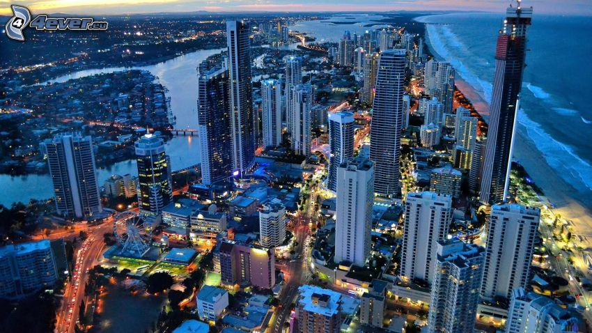 Gold Coast, večerné mesto, more