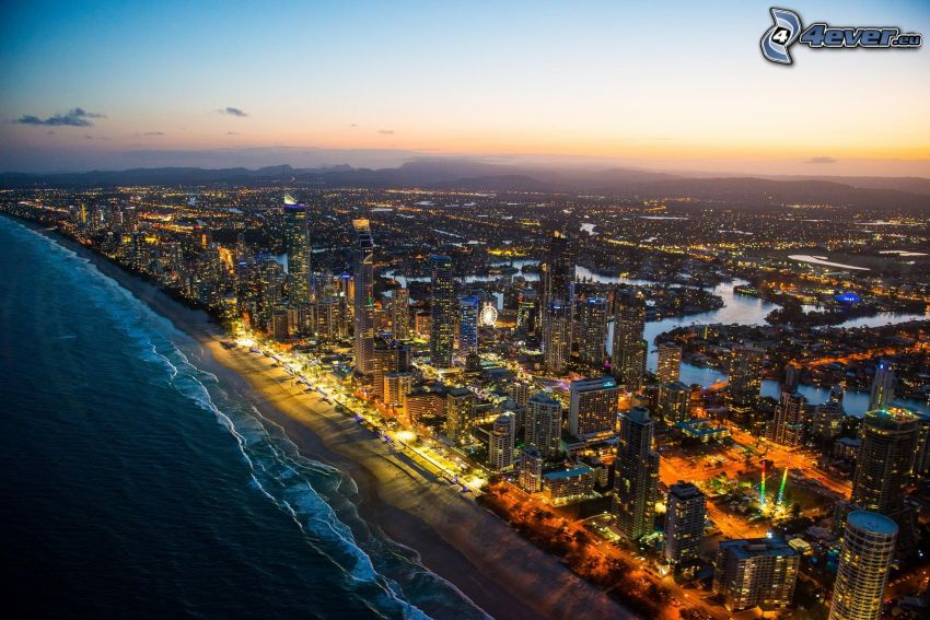 Gold Coast, večerné mesto, piesočná pláž, more