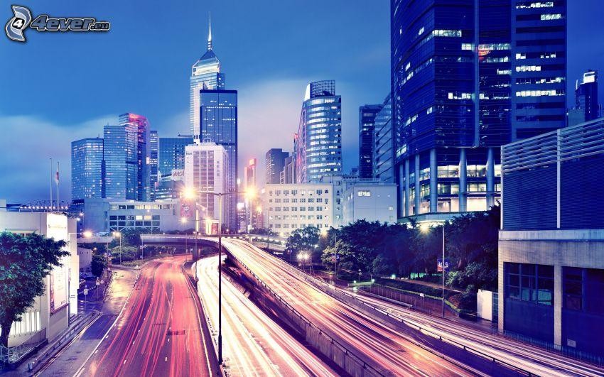 Hong Kong, večerná diaľnica, večerné mesto, mrakodrapy