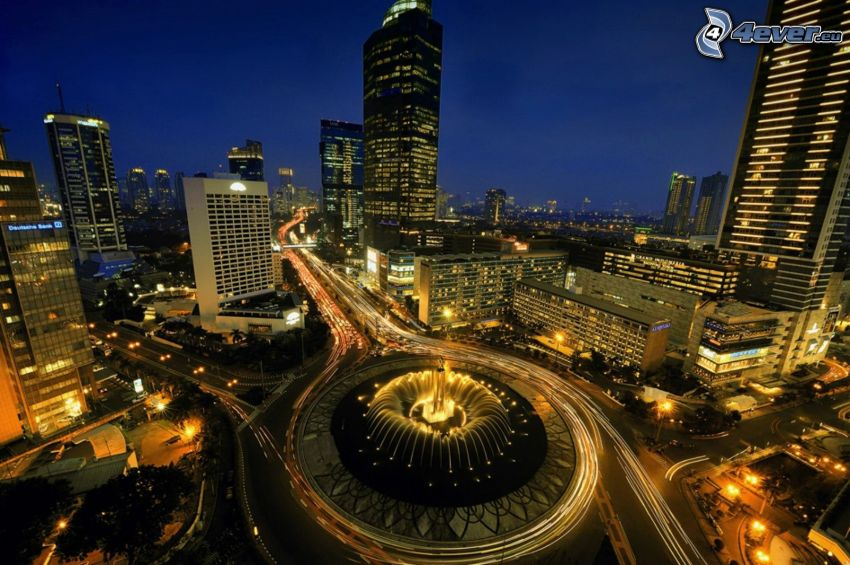 Jakarta, nočné mesto, mrakodrapy, kruhový objazd v noci