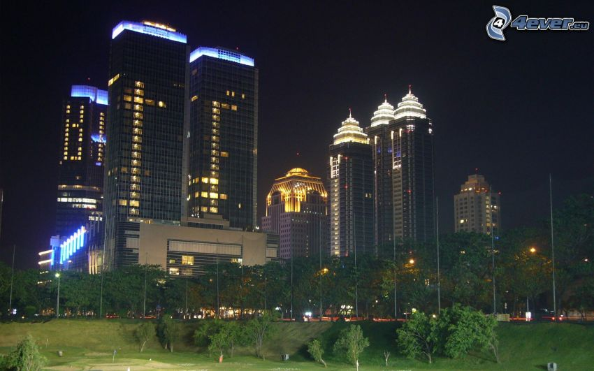 Jakarta, nočné mesto, mrakodrapy, park