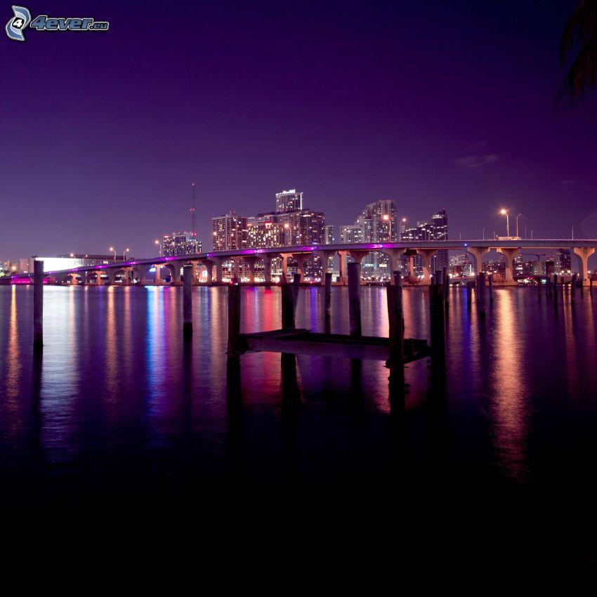 Miami, fialová obloha, noc, most, mrakodrapy