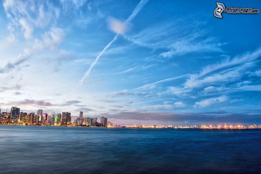 Miami, more, kondenzačné stopy, večerné mesto