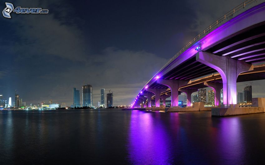 Miami, nočné mesto, osvetlený most