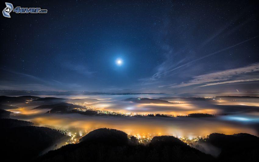 nočné mesto, mesiac, hviezdna obloha