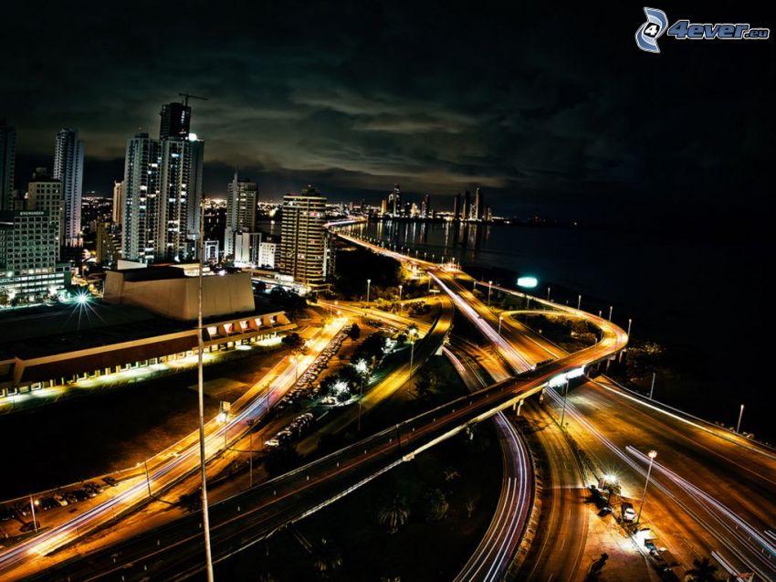 Panama, diaľnica, nočné mesto