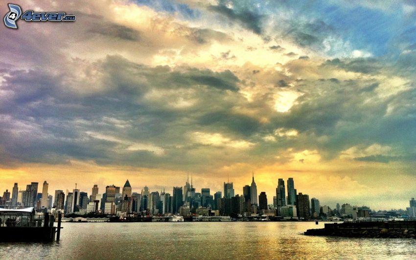 Panama, mrakodrapy, more, tmavé oblaky