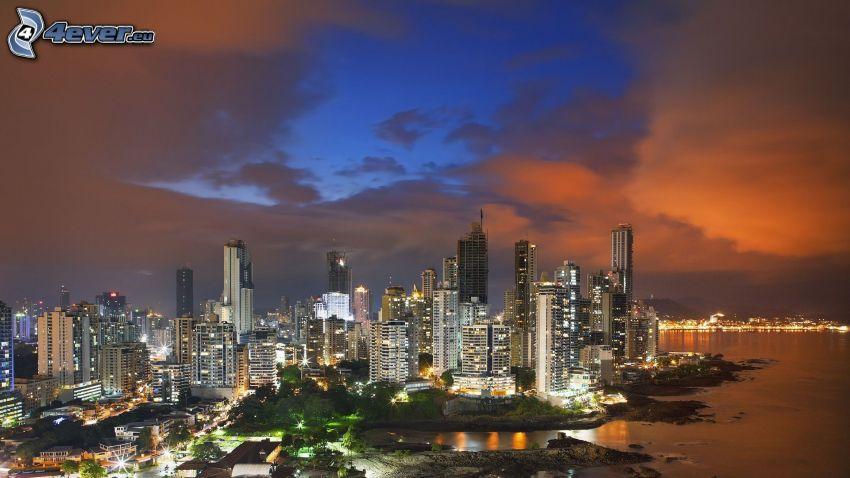 Panama, pobrežie, nočné mesto