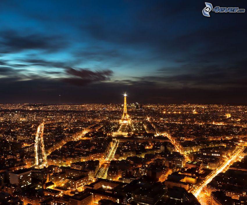 Paríž, nočné mesto, rozsvietená Eiffelova veža