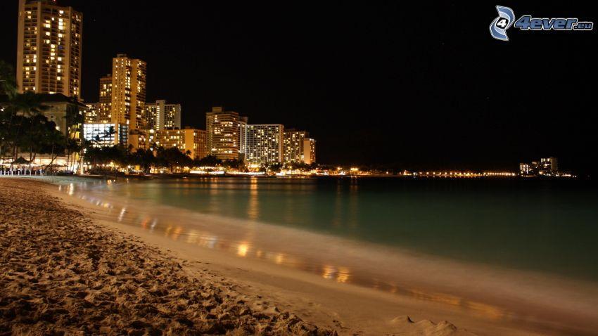 Perth, nočné mesto, mrakodrapy, piesočná pláž