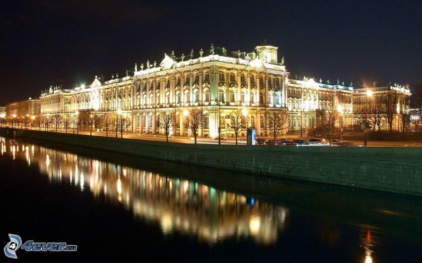 Petrohrad, osvetlená budova, rieka, večer