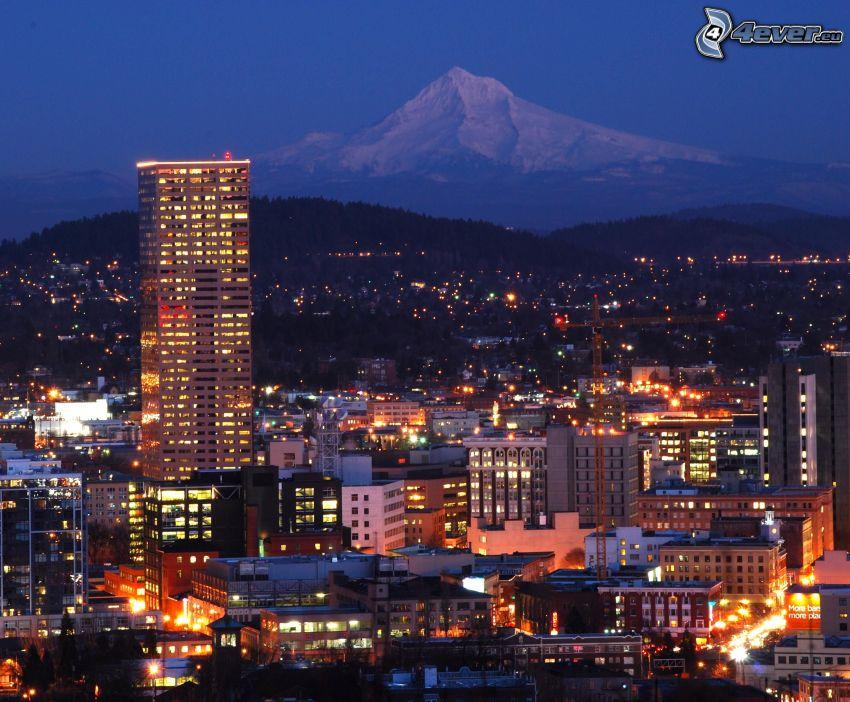 Portland, nočné mesto, zasnežená hora