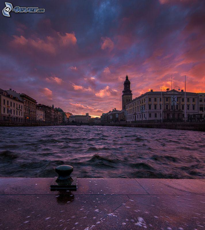 rieka, mesto, domy, oranžový západ slnka