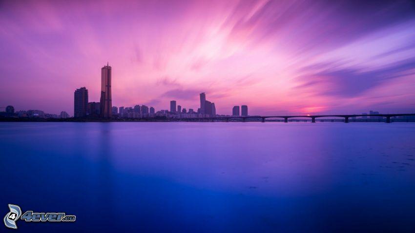 rieka, večerné mesto