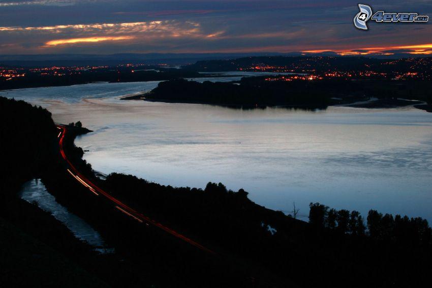 rieka, výhľad na mesto, večer, po západe slnka
