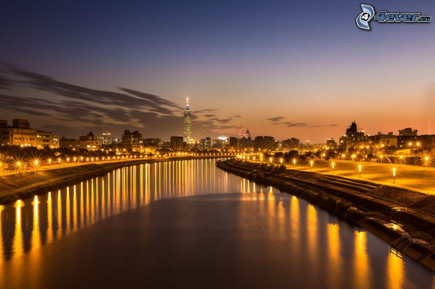 Taiwan, nočné mesto, po západe slnka, večer, rieka, pouličné osvetlenie