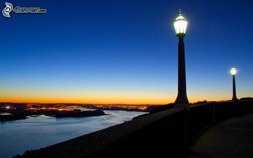 výhľad na mesto, lampy, rieka