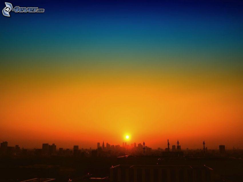 západ slnka nad mestom, silueta mesta, obloha