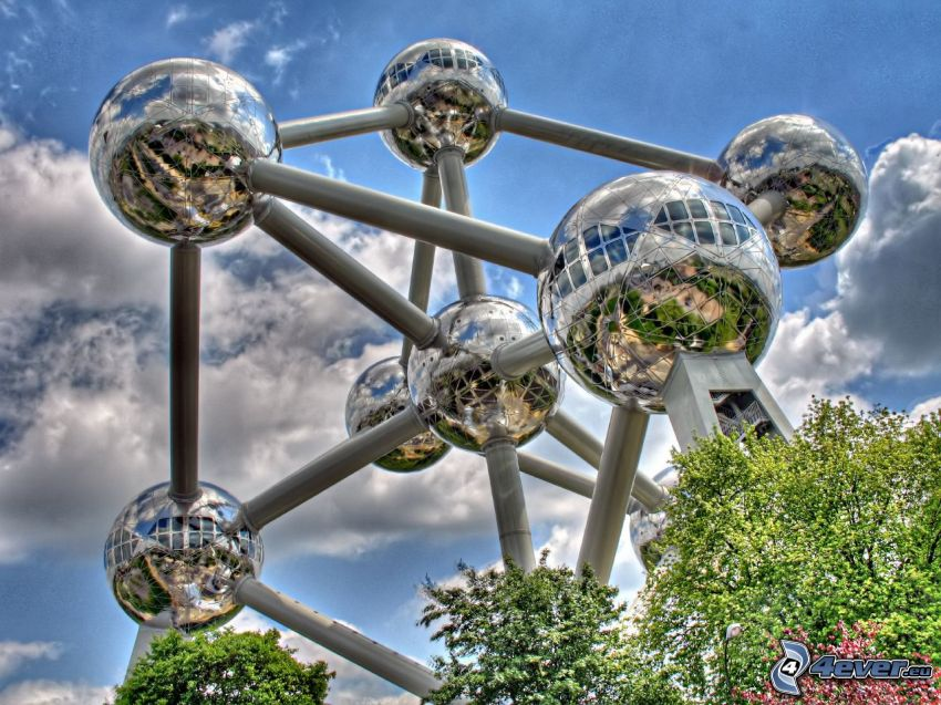 Atomium, Brusel, oblaky, HDR