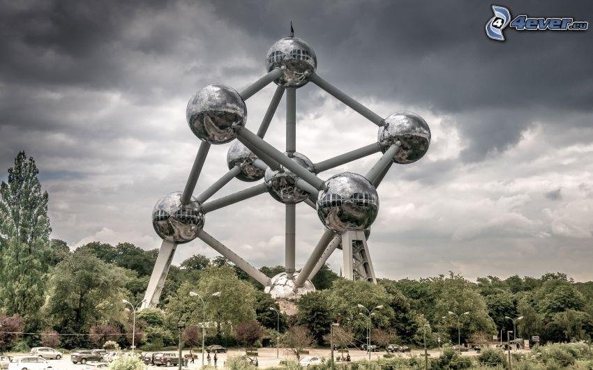 Atomium, Brusel, tmavé oblaky, stromy