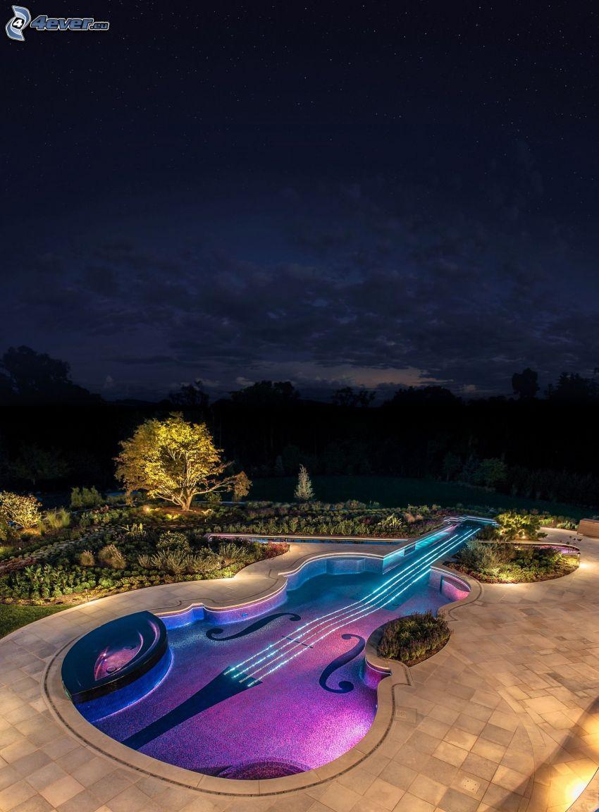 bazén, husle, noc, záhrada