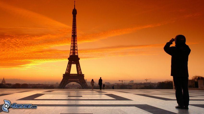 Eiffelova veža, Paríž, oranžový západ slnka, dlažba, muž