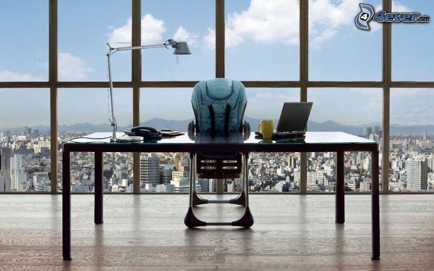 kancelária, pracovný stôl, detská stolička, notebook, hrnček, telefón, lampa, okno, výhľad na mesto