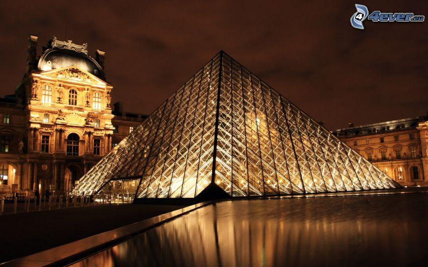 Louvre, pyramída