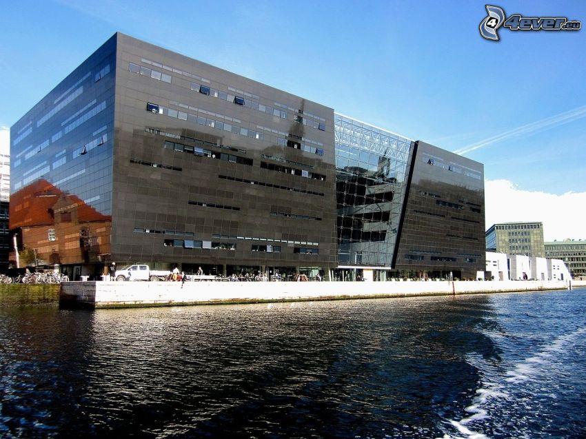 moderná budova, rieka