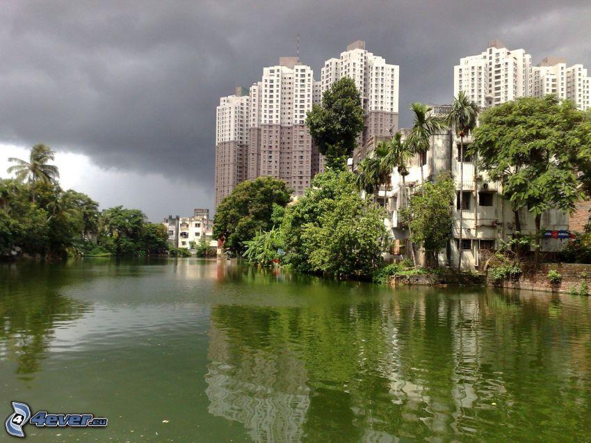 mrakodrapy, rieka, stromy, mraky