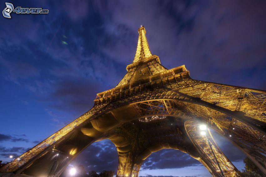 rozsvietená Eiffelova veža