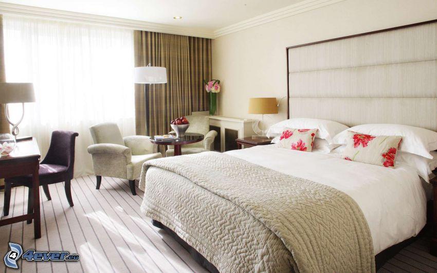 spálňa, manželská posteľ, kreslá, okno