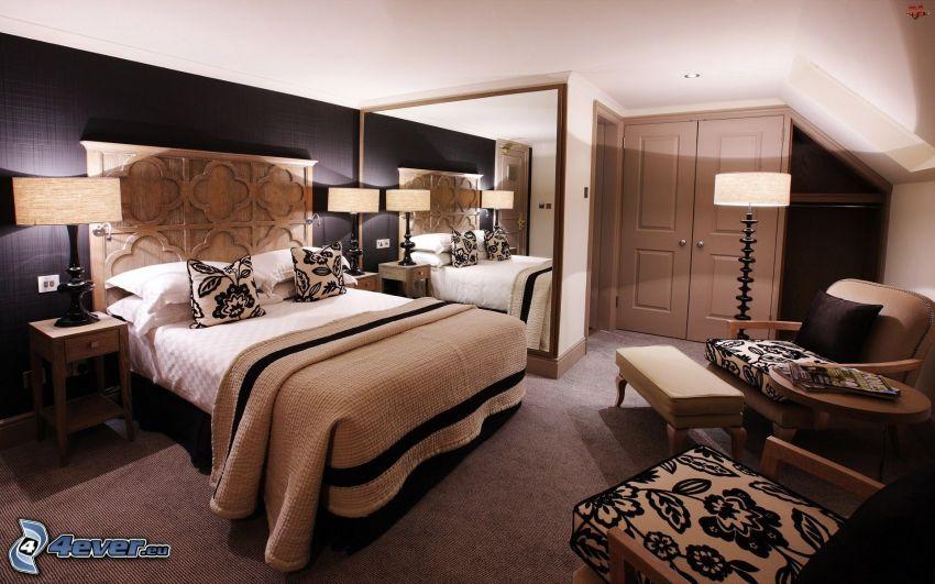 spálňa, manželská posteľ, kreslá, zrkadlo, lampy