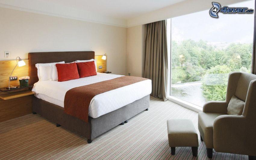 spálňa, manželská posteľ, kreslo, okno, výhľad