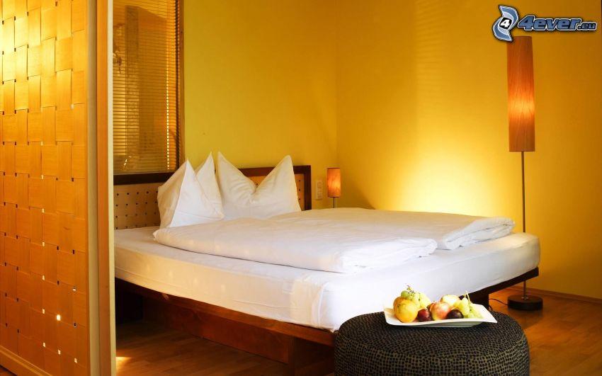 spálňa, manželská posteľ, lampa