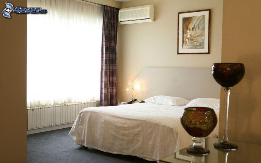 spálňa, manželská posteľ, okno, obraz