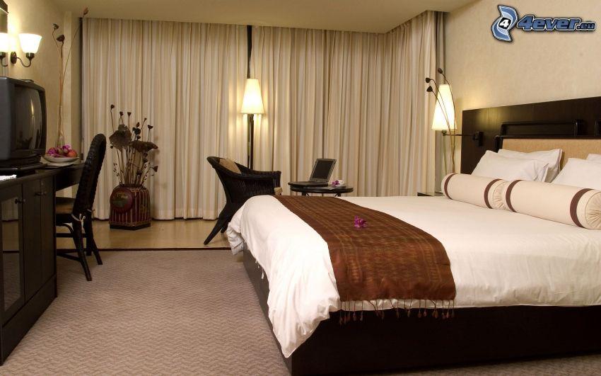 spálňa, manželská posteľ, televízor, kreslo, záclona, lampy