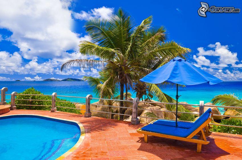 terasa, bazén, lehátka, palmy, výhľad na more