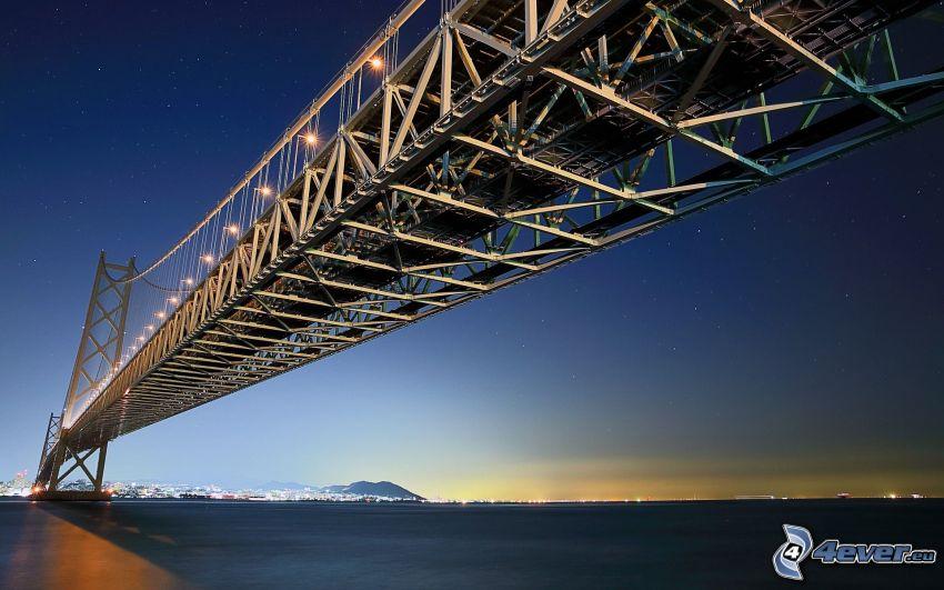 Akashi Kaikyo Bridge, osvetlený most, večer