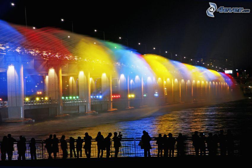 Banpo Bridge, osvetlený most, farby, nočné mesto, siluety ľudí
