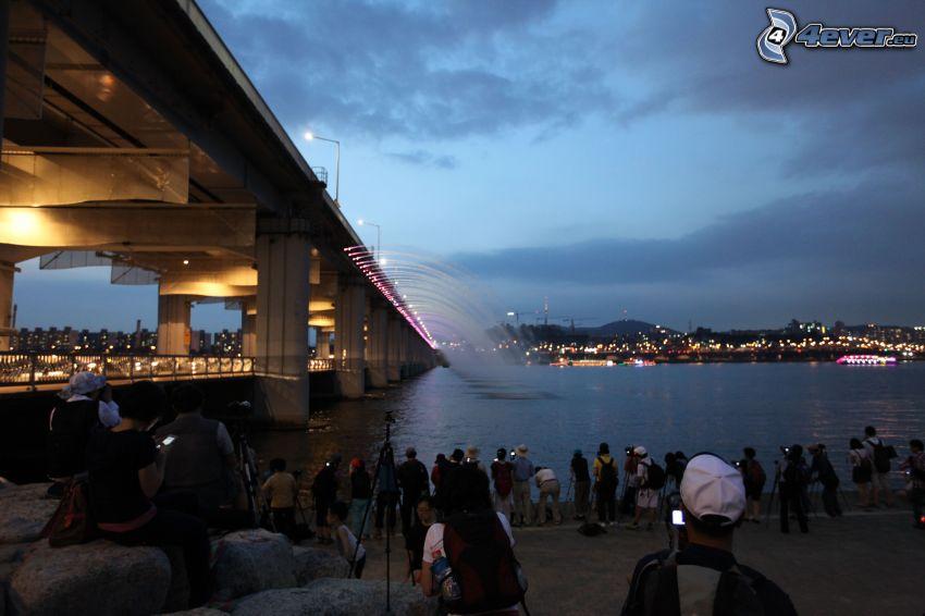 Banpo Bridge, večerné mesto, turisti