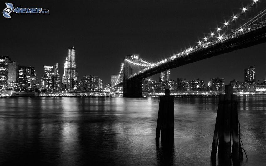 Brooklyn Bridge, osvetlený most, nočný New York, USA, rieka, čiernobiele